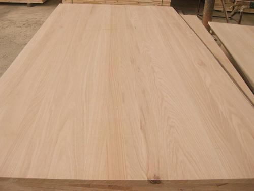 家具板材-刨花板  第一种为大家介绍的家具板材是刨花du板,刨花板的发源地是在欧zhi洲,它dao的存在已经有60年的历史了,它的发明使自然资源得到了保护,并且客服了天然木材的特点,因为它的不易变形和稳定的物理性能让它在家具生产领域中被大量的使用,刨花板经过天然原木且刨、粉碎、高温压制成的一种更适合家具加工生产和使用的板材,它具有不易变形、隔热、吸声的特点,表面平整,纹理逼真、耐污染、耐老化的特点是家具板材的最好选择。 家具板材-天然木材贴面 第二种为大家介绍的就是天然木材贴面,这种家具板材一般都是采用0.6毫米天然木材切片,它的木纹与颜色深浅色差均来自于大自然独一无二的创造,对光的渲染有强烈的色彩表现力,但是表面漆面硬度相对于三聚氰胺较软,耐磨性和奶茶新不是很好,我们在选择这种家具板材的时候,应该注意它的色泽统一,漆面平整,板材表面无遗落,渲染之处与封边条之间无落喷,液涂不严之处。 家具板材-大芯板 第三种我们来看看大芯板,大芯板也叫细木工板,也是在板式家具中运用得比较广泛得一种家具板材,细木工板是特殊的胶合板,所以在生产工艺中同时遵循对称的原则,避免板材变形,作为一种厚板材,细木工板具有普通厚胶合板的漂亮外观和相近的强度,但是呢,大芯板的质地又比较轻,给我们一种实木感,满足了消费者对实木家具的渴求,与实木拼板比较的话,大芯板尺寸稳定,不易变形,有效的克服木材各向异性,具有较高的横向强度,而大芯板材主要适用于家具制造、门板和壁板等。 家具板材-禾香板 最后我们看到的一种家具板材是禾香板,禾香板是一张不释放甲醛的一种新型生态、环保的人造板材,让消费者避免了甲醛危害身体健康,禾香板经过高温压制而成,表面平整光滑,结构均匀对称,板面坚实,具有尺寸稳定好、强度高、环保、阻燃和耐候性好等特点,还具有优良的加工性能和表面装饰性能,特别适合做异型边加工,可广泛代替木质人造板和天然木材使用,禾香板的优点非常的多,是一种非常好的家具板材,比如说它的坚固性、防潮性、阻燃性、隔热吸引功能都非常强,还很环保。